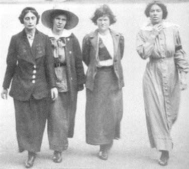 Vier Suffragetten im Gefängnishof, 1912. Eine trägt bereits kurzes Haar.